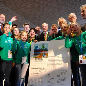 Kinderen geven boodschap aan Dijksma mee naar Klimaattop